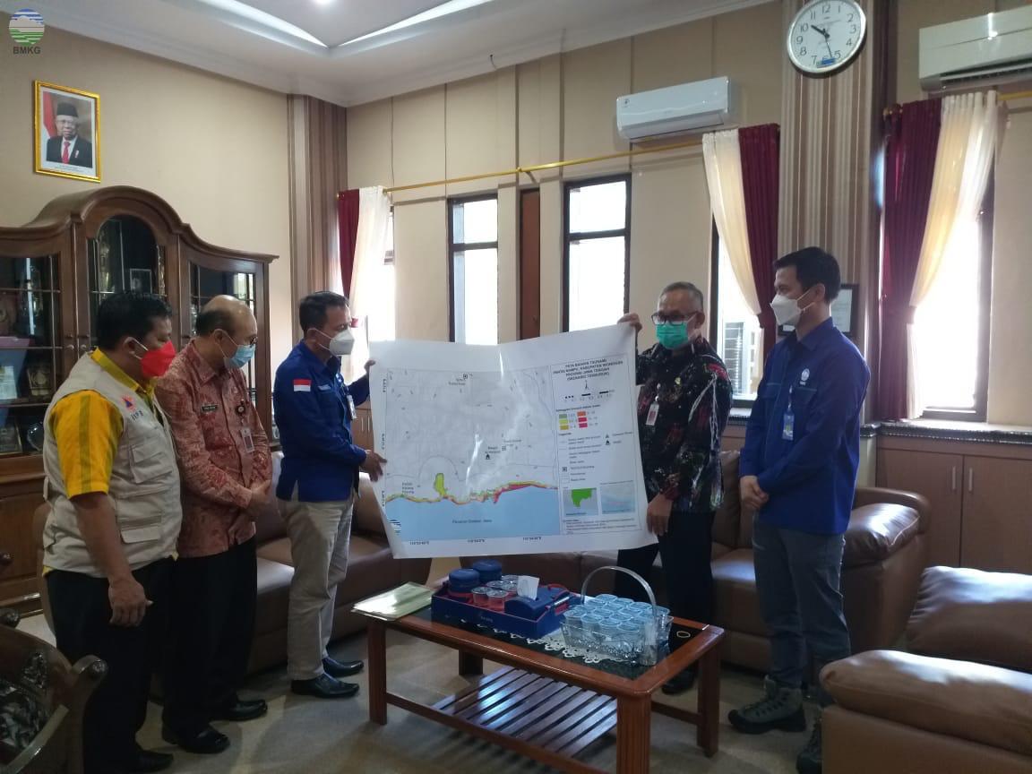 Bangun Sinergi, BMKG Banjarnegara Jalin Koordinasi Penyerahan Peta Rawan Tsunami dengan Pemda Wonogiri
