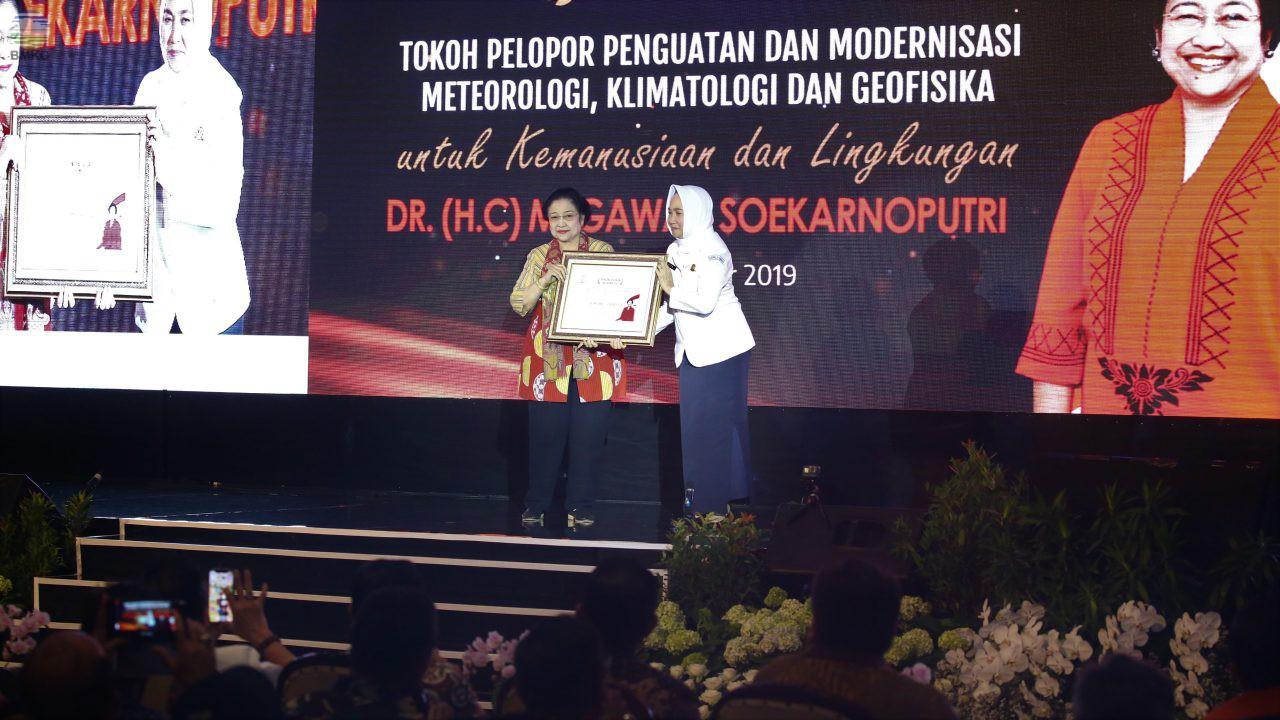 BMKG Menganugerahi Megawati Soekarnoputri Sebagai Tokoh Pelopor Penguatan Meteorologi, Klimatologi, dan Geofisika
