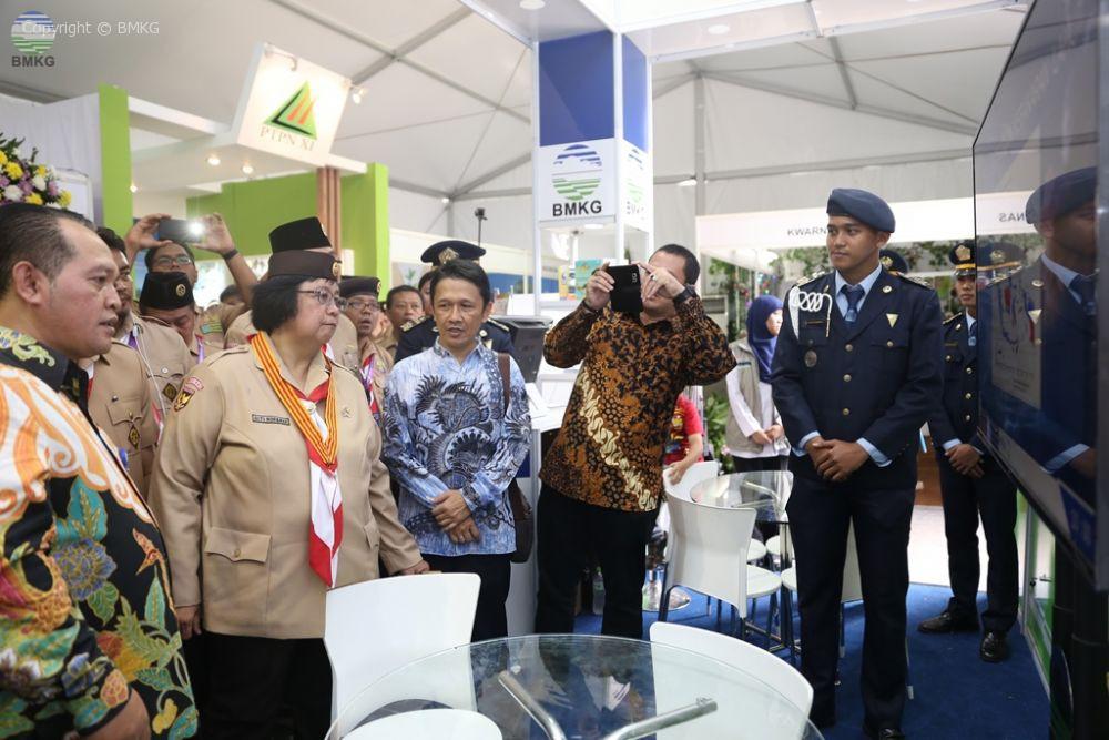 Menteri Lingkungan Hidup dan Kehutanan Siti Nurbaya Kunjungi Booth BMKG