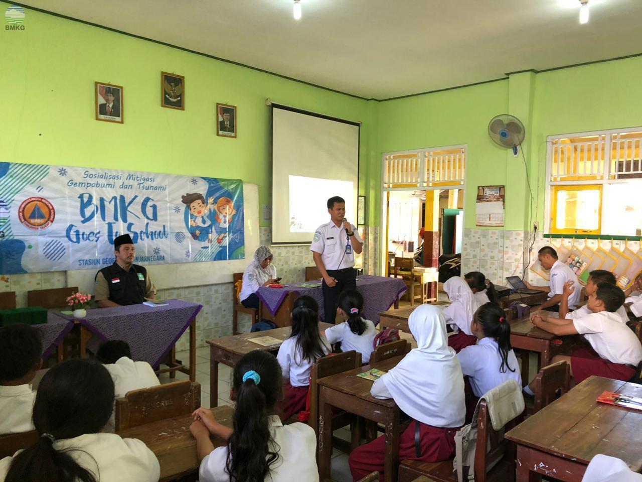 "Stasiun Geofisika Banjarnegara ""Goes To School"""