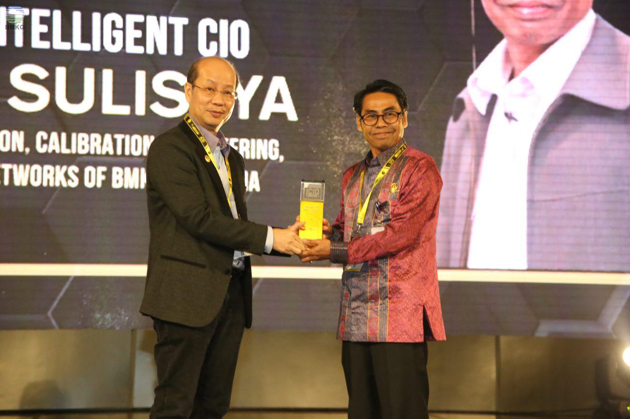 Deputi Bidang Inskalrekjarkom BMKG Menerima Penghargaan iCIO Awards 2019