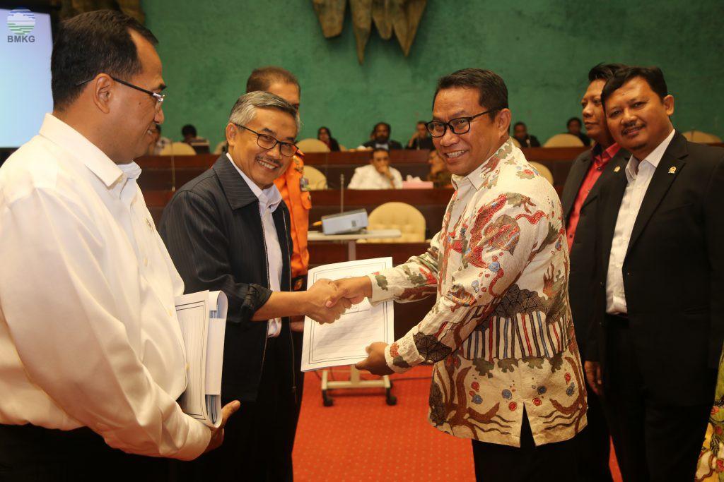 Komisi V DPR RI Serahkan Dokumen Hasil Kunjungan Kepada Para Mitra Kerja