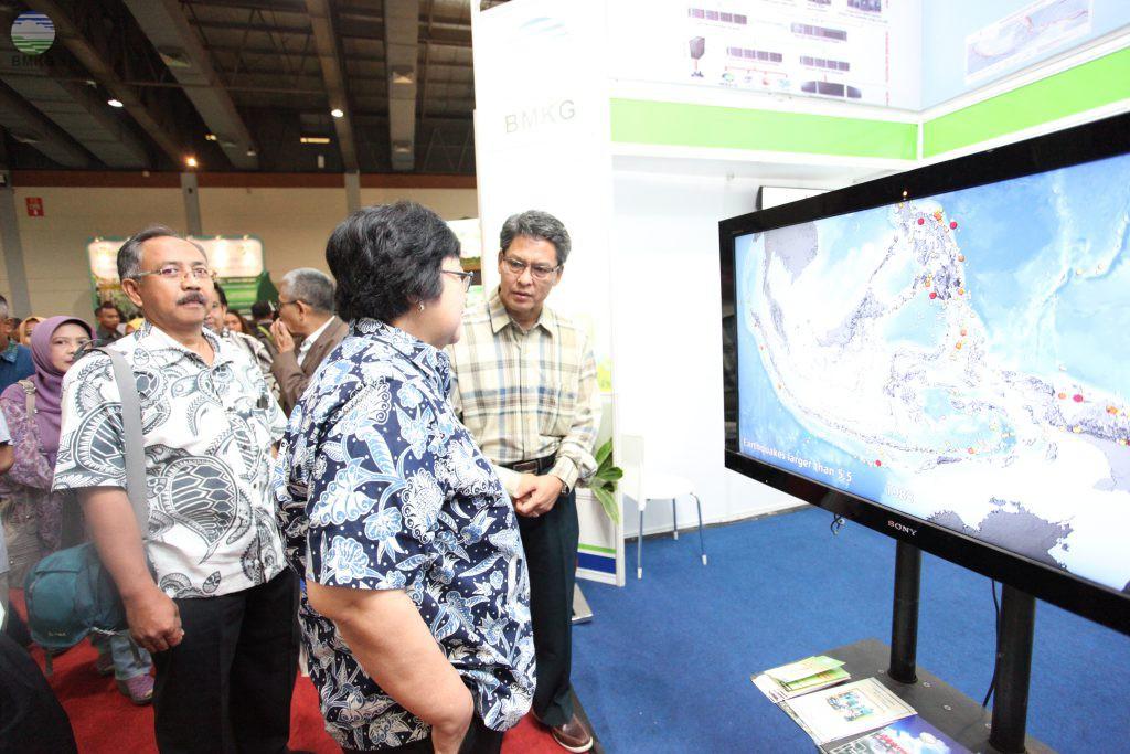 Kunjungi Booth BMKG, Menteri KLH Siti Nurbaya dan Mantan Menteri Sarwono Kusumaatmadja disambut Deputi Klimatologi