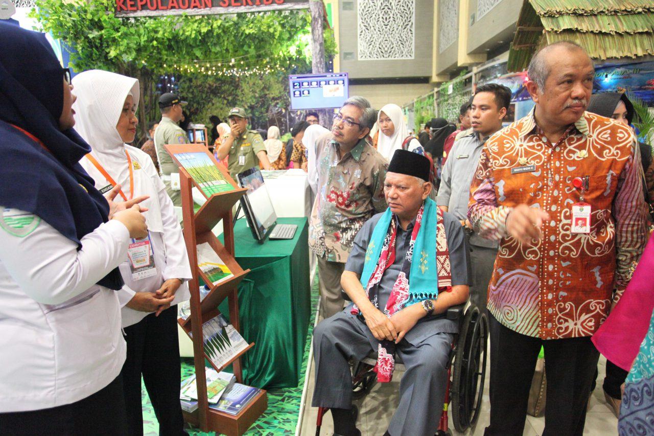 Kunjungan Gubernur Kalimantan Timur ke Booth BMKG