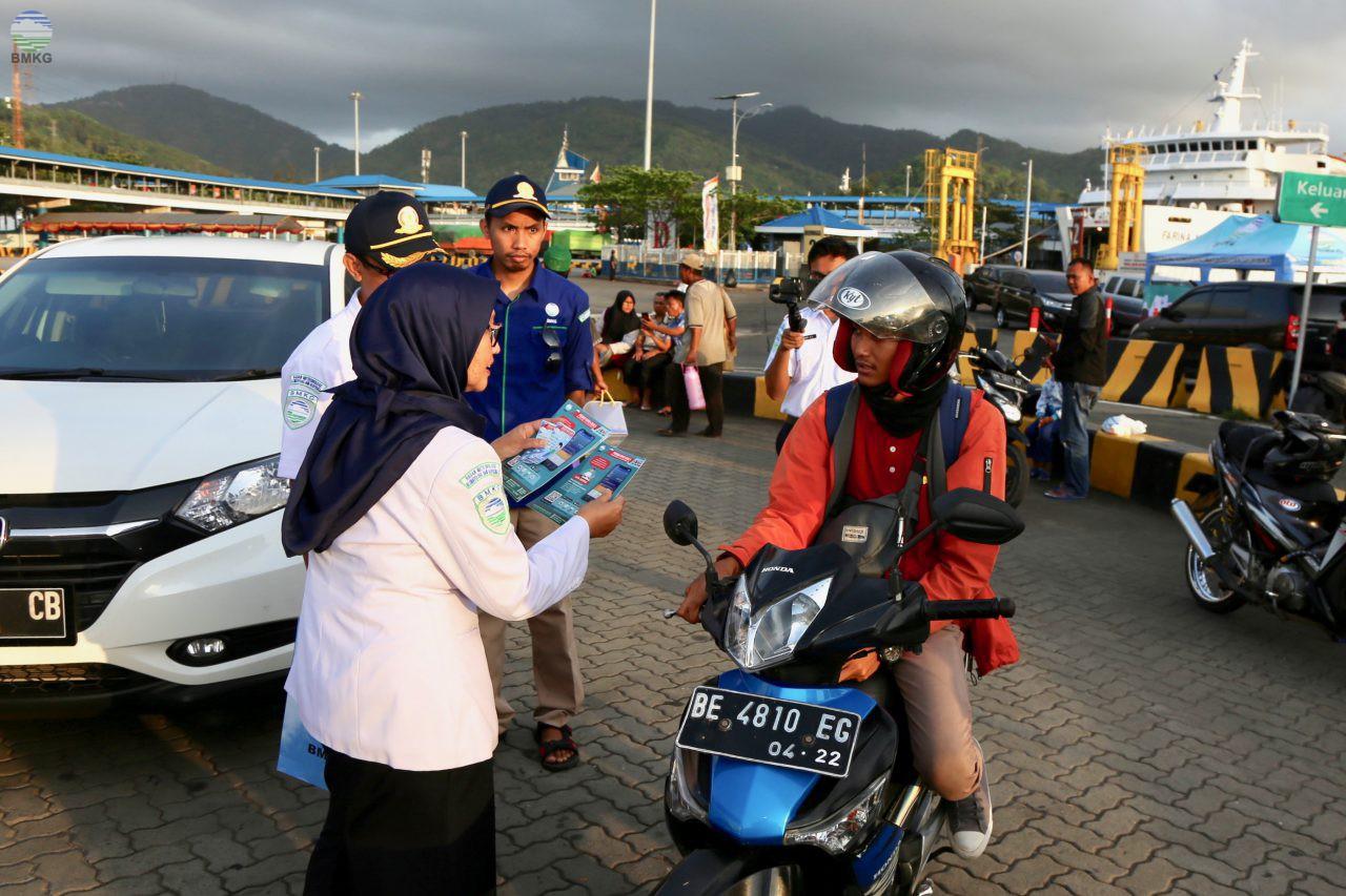 Jelang Natal 2019 dan Tahun Baru 2020, Humas BMKG Sapa Masyarakat di Pelabuhan Merak
