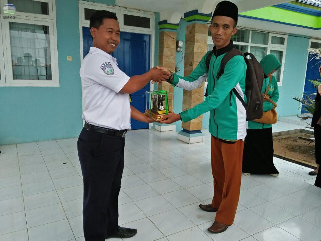Kunjungan SMA Miftahul Ulum Seputih Surabaya Lampung Tengah Di Stasiun Meteorologi Kelas I Radin Inten II Lampung