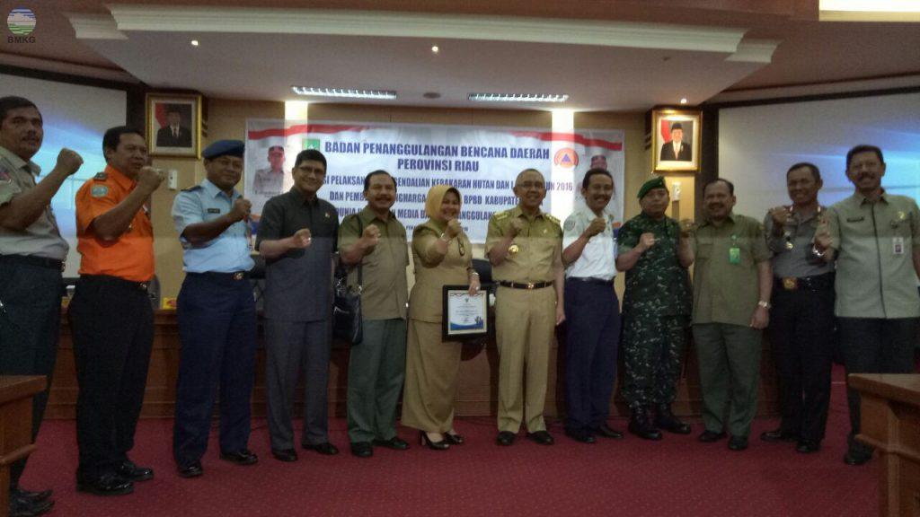 """BMKG Pekanbaru Terima  Penghargaan dari Pemprov Riau  """"Mendukung Operasi Siaga Darurat Penanggulangan Karhutla 2016''"""