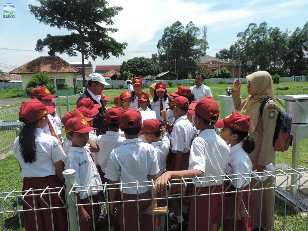 Siswa-Siswi Kunjungi Stasiun Geofisika Klas I Tangerang