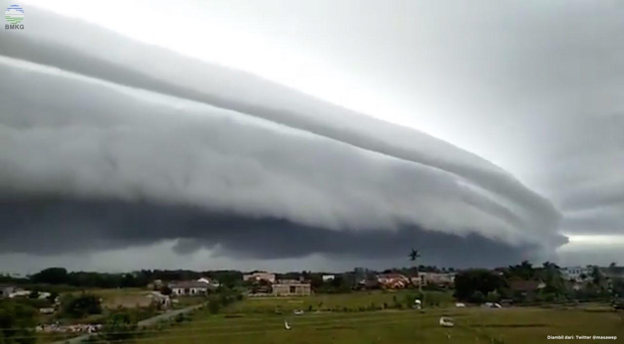 Fenomena Cuaca Awan Berbentuk Seperti Tsunami di Wilayah Aceh 10 Agustus 2020