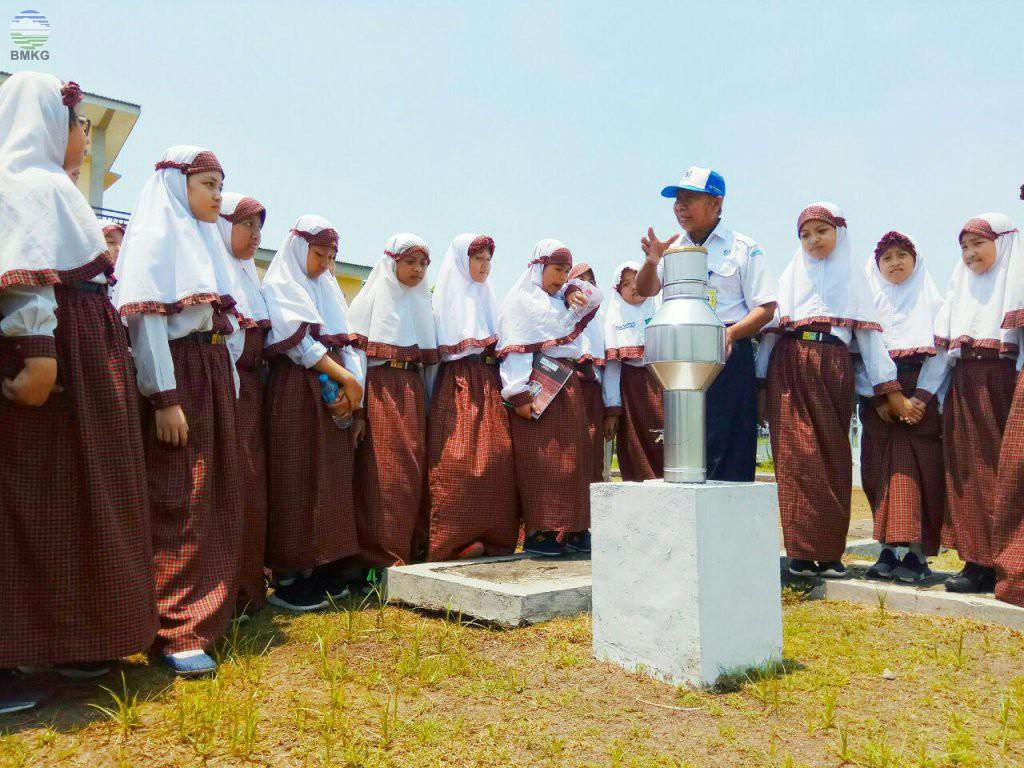 Study Tour SD Muhammadiyah GKB I Gresik di BMKG Juanda Surabaya