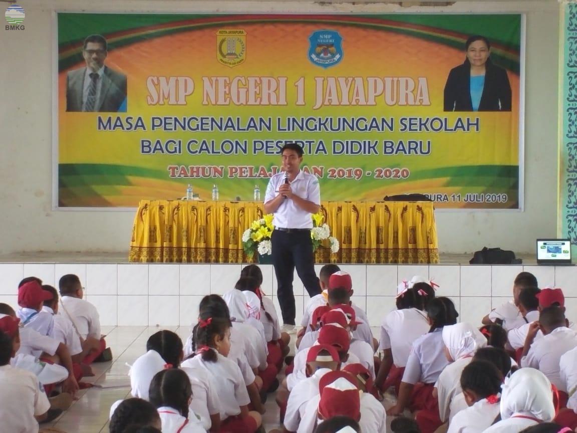 Sosialisasi Gempabumi dan Tsunami Pada Masa Pengenalan Sekolah di SMP Negeri 1 dan SMP Negeri 9 Jayapura